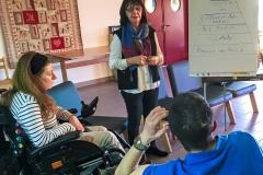 Ici en photo J3, Marie Claude - formatrice MVVM et membre de l'Asso PDCM - travaille avec le groupe APF (Asso des Paralysés de France), dont Sophie et Mike, sur l'estime de soi, sur la motivation et sur le changement.