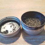 brossage de dents au charbon pour des dents blanche